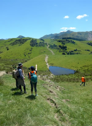 Field trip participants on the Leader fault in north Canterbury. Here a New Zealand-based postgraduate student discusses her research project on the Leader fault with other students from New Zealand and Japan.